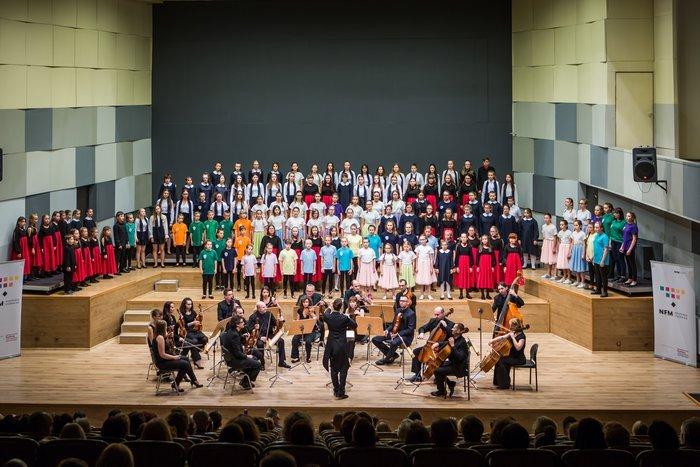 Chór i orkiestra na scenie filharmonii.