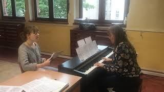 Julia Golec śpiewa solo przy akompaniamencie pani Wandy Merwińskiej