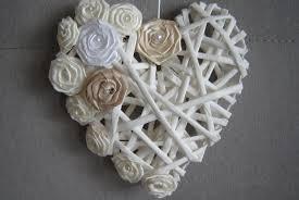 Ozdobne białe serce wykonane z wikliny.